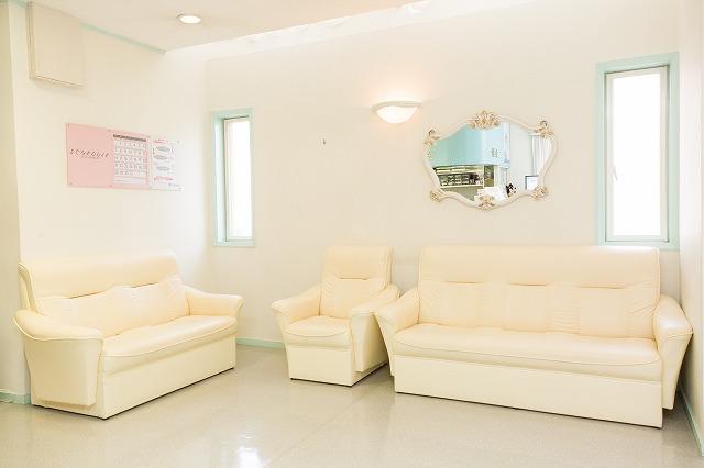 明るく、きれいな待合室です。